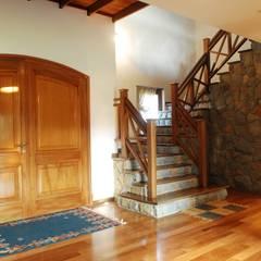 Country Normando: Pasillos y recibidores de estilo  por CIBA ARQUITECTURA,Clásico