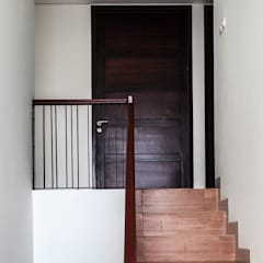 Rumah Bukit Ligar, Bandung:  Tangga by RHBW