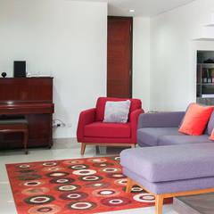 Rumah Bukit Ligar, Bandung: Ruang Keluarga oleh RHBW, Industrial