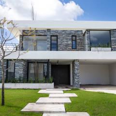 Estilo Moderno: Casas unifamiliares de estilo  por CIBA ARQUITECTURA