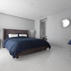 화이트 톤으로 모던하고 미니멀하게 꾸민 30평대 아파트 인테리어: husk design 허스크디자인의  침실
