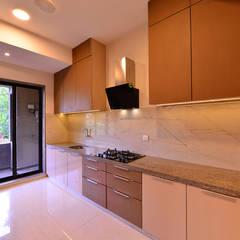 DIVYA BUNGALOW: modern Kitchen by smstudio
