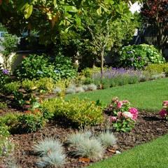Jardim particular em Paços de Ferreira: Jardins  por Labirinto - jardins