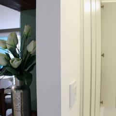 Parede integrada a armário: Paredes  por STUDIO CALI ARQUITETURA E DESIGN