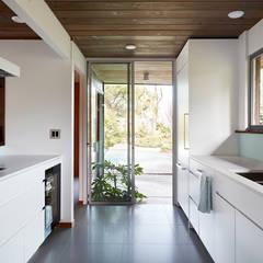 Burlingame Eichler Remodel Klopf Architecture:  Kitchen by Klopf Architecture