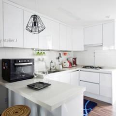 원 포인트로 20년된 20평대 아파트 리모델링 하기: Atelier J의  주방 설비