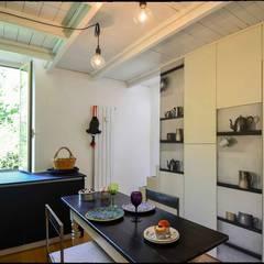 Casa Brio: Sala da pranzo in stile  di Arabella Rocca Architettura e Design