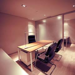 Remodelação de escritórios : Escritórios e Espaços de trabalho  por MOBEC ,Moderno