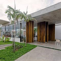 Fachada: Casas familiares  por Vereda Arquitetos