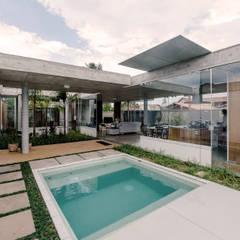 Casa em Peruíbe: Piscinas de jardim  por Vereda Arquitetos