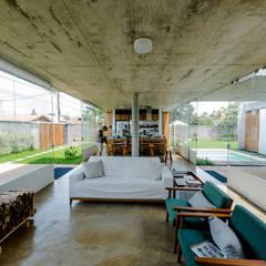Casa em Peruíbe: Salas de estar  por Vereda Arquitetos