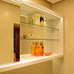 Lavabo Gold: Banheiros rústicos por arquiteta aclaene de mello
