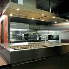 kitchen: Cucina attrezzata in stile  di Vemworks llc