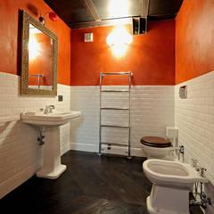 Guest bathroom: Bagno in stile  di Vemworks llc