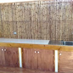 MESON DE TRABAJO: Cocinas de estilo  por arquiroots