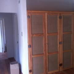 DETALLE CLOSET: Dormitorios de estilo  por arquiroots