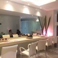 W.C. Damas: Hoteles de estilo  por Diseñador Paul Soto