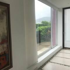 CASAS SIAMESAS ANAPOIMA: Pasillos y vestíbulos de estilo  por RIVAL Arquitectos  S.A.S.