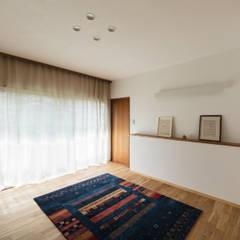 愛でる家: 山本嘉寛建築設計事務所 YYAAが手掛けた寝室です。