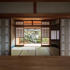 Salas multimedia de estilo asiático por 山本嘉寛建蓄設計事務所 YYAA