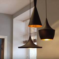 Кухня в современном стиле в холодных тонах: Встроенные кухни в . Автор – 'Комфорт Дизайн'