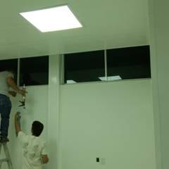 Remodelación: Estudios y oficinas de estilo industrial por Construcciones ARSA