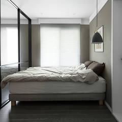 세련된 색채로 고급스러움을 표현한 30평대 아파트 인테리어: husk design 허스크디자인의  침실,