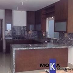 Modernidad sobria: Muebles de cocinas de estilo  por MOKA, Kitchens & More