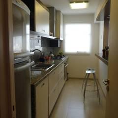 cocina: Cocinas a medida  de estilo  por arq.c2,Moderno