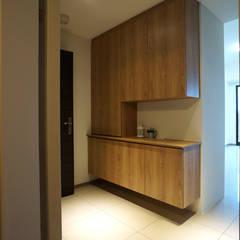 客廳/玄關:  走廊 & 玄關 by ISQ 質の木系統家具