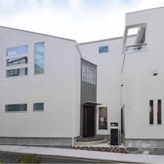 スキップフロア 蔵収納の実例。そして中庭: 滝沢設計合同会社が手掛けた屋根です。