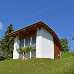Villa moderna in legno - Albino (BG): Casa di legno in stile  di Marlegno