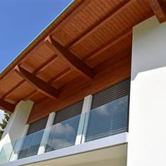 Villa moderna in legno: Casa di legno in stile  di Marlegno