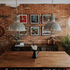 Salon Industrial y Urbano: Salones de estilo  de Comodoos Interiores