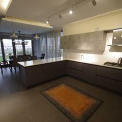 Lina İç Mimarlık – Modern Villa Projesi:  tarz Mutfak üniteleri