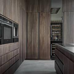 Дизайн-проект дома в стиле контемпорари площадью 330 кв.м. Подмосковье: Встроенные кухни в . Автор – 'INTSTYLE'