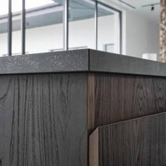Дизайн-проект дома в стиле контемпорари площадью 330 кв.м. Подмосковье: Кухонные блоки в . Автор – 'INTSTYLE',