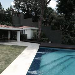 Primer plano de la piscina y al fondo el sector parrillera: Piscinas de estilo  por OMAR SEIJAS, ARQUITECTO
