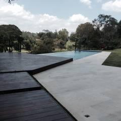Caminería hacia la piscina: Piscinas de estilo  por OMAR SEIJAS, ARQUITECTO