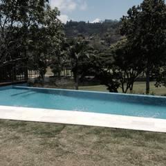 Vista de la piscina desde la habitación principal: Piscinas de estilo  por OMAR SEIJAS, ARQUITECTO
