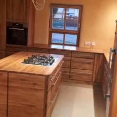 Massive Eichenholz Bioküche in Vollholz mit handgezinkten Schüben:  Küche von Tischlerei RMD Rustikales Möbeldesign