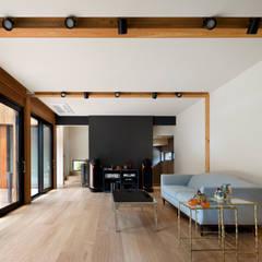 운중동 주택 (Introverted house): 건축사사무소 ids의  거실,한옥