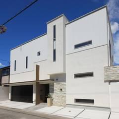 モダン・リゾートスタイルの白いコートハウス: ㈲滝下秀之建築アトリエが手掛けた一戸建て住宅です。,
