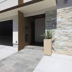 モダン・リゾートスタイルの白いコートハウス: ㈲滝下秀之建築アトリエが手掛けた一戸建て住宅です。