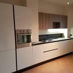 Cucina in laminato effetto legno e laminato effetto seta grigio: Cucina attrezzata in stile  di Formarredo Due design 1967
