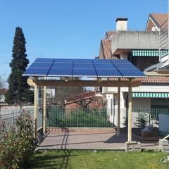 Pergola SU MISURA con copertura a pannelli fotovoltaici: Giardino in stile  di ONLYWOOD