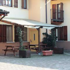 Pergola ADDOSSATA portata 90 Kg: Giardino in stile  di ONLYWOOD