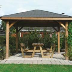Gazebo KIOSK in legno impregnato 347 x 347 cm con tetto in legno: Giardino in stile  di ONLYWOOD