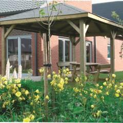 Gazebo KIOSK in legno impregnato 437 x 437 cm con tetto in legno: Giardino in stile  di ONLYWOOD