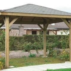 Gazebo KIOSK in legno impregnato 449 x 347 cm con tetto in legno: Giardino in stile  di ONLYWOOD